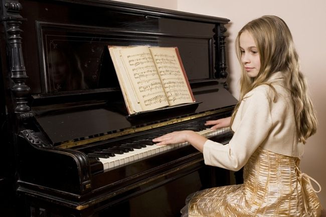 Una chica desarrollando su inteligencia musical