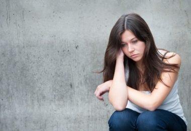 Una mujer joven con trastornos de ansiedad