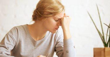 Mujer con síntomas de cansancio emocional