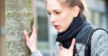 Mujer que presenta dificultades para respirar o disnea