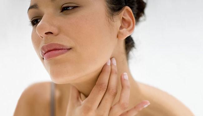 mujer que quiere saber las causas del hipertiroidismo