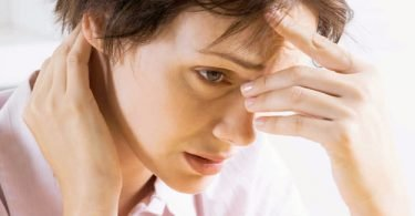 Una mujer joven con síntomas de hipoglucemia