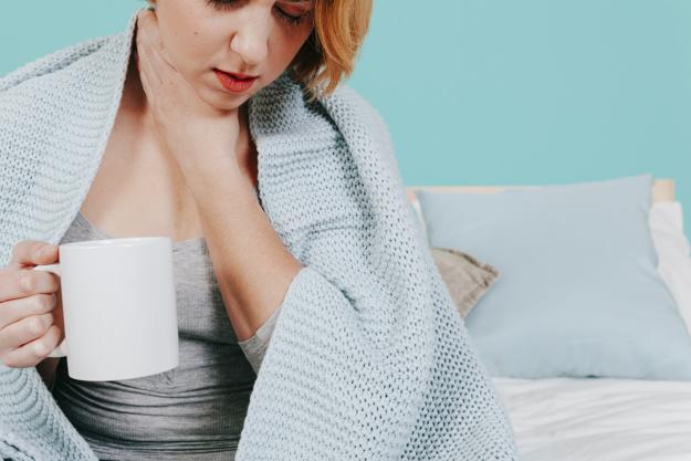 Una mujer que padece laringitis