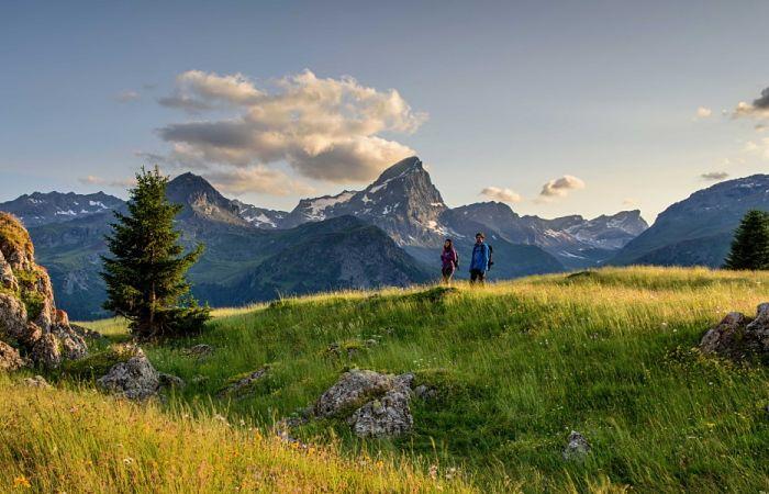 Dos personas practicando el senderismo