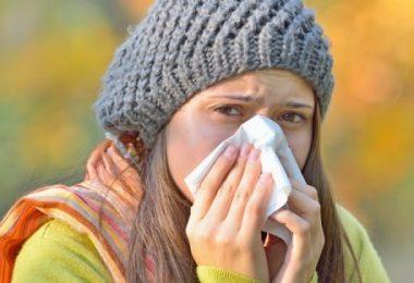 Mujer con síntomas de rinitis alérgica