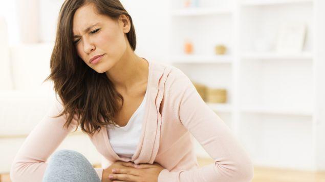 mujer con síntomas de gases estomacales