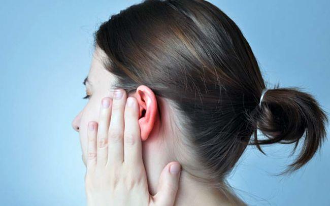 Mujer que padece congestión de oídos