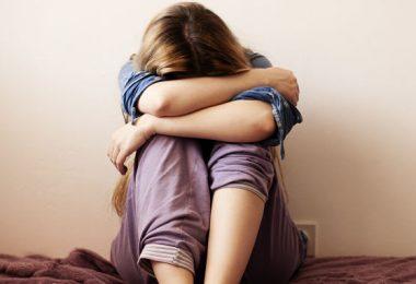 Una adolescente que siente desconexión emocional con todos