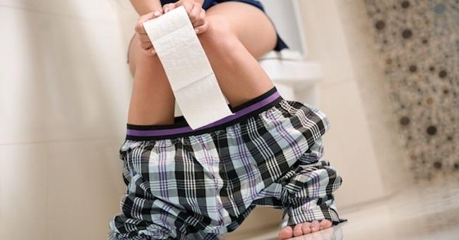 Una mujer con problemas por el síndrome de intestino irritable