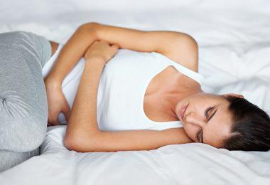 mujer con dolores abdominales por padecimiento de hernia inguinal