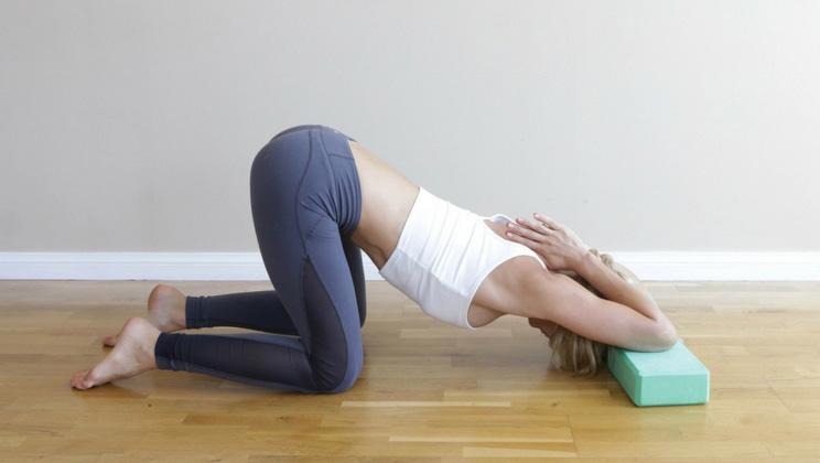 hombros tensos posicion estirar los codos