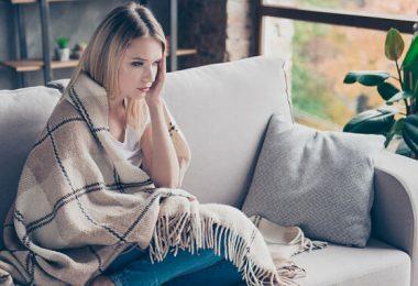 Una mujer que siente mucha sensibilidad al frío