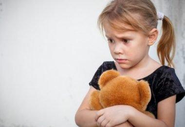 Una niña que sufre de trastornos de ansiedad