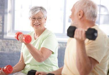Mujer mayor realizando entrenamientos para evitar las fracturas de huesos