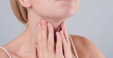 Una mujer que padece hipotiroidismo