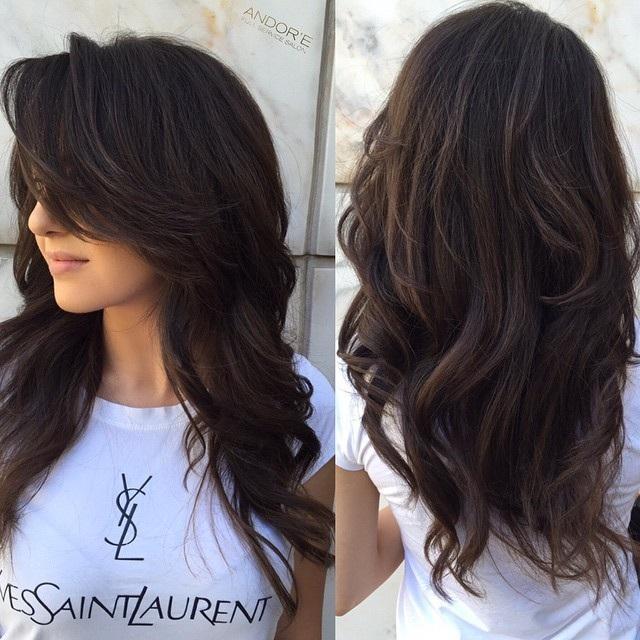 corte de pelo para cabello grueso con flequillo por un lado