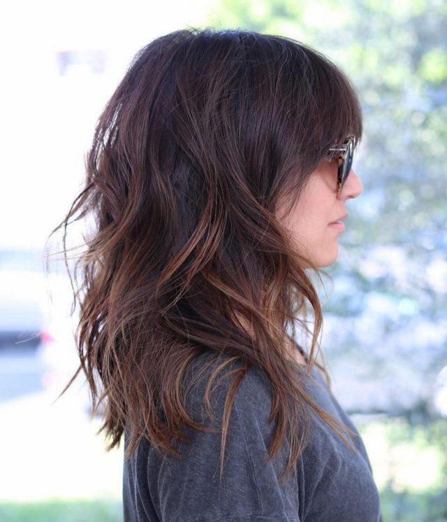 cortes de pelo para cabello grueso en capas y al hombro