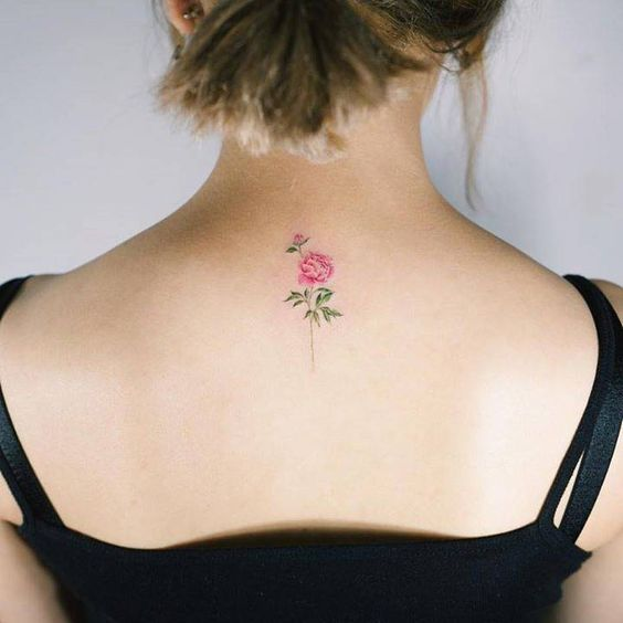 una pequeña rosa tatuada en la espalda