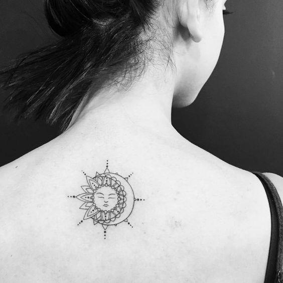 tatuaje en la espalda mitad sol y mitad luna