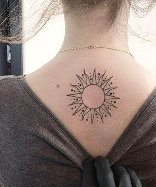 Un sol tatuado en la espalda