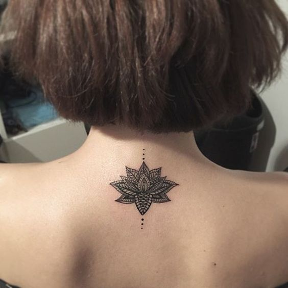 Una rosa como un tatuaje en la nuca