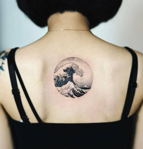 Olas de mar tatuadas en la espalda