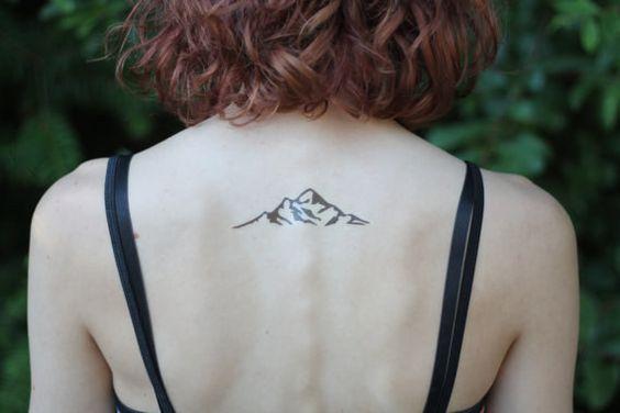 Una montaña pequeña como un tatuaje en la espalda