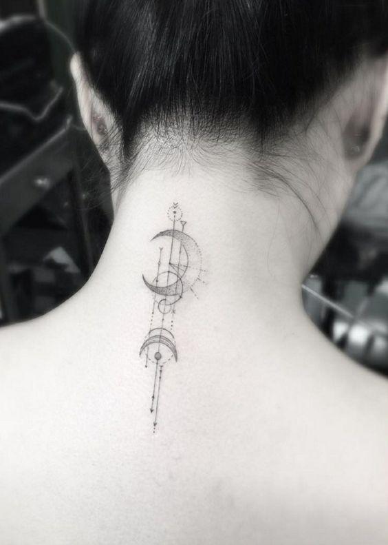 Una chica joven con un tatuaje en la nuca
