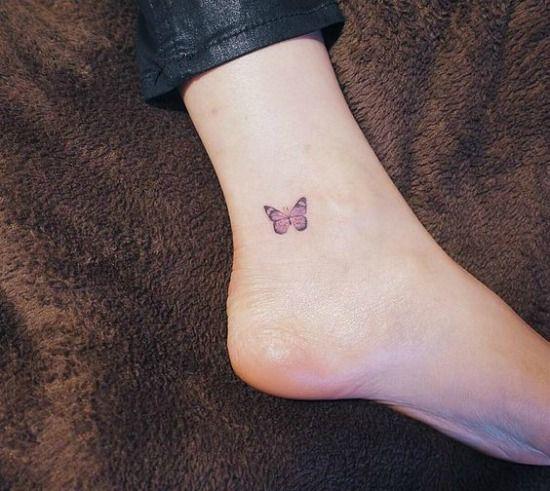 mariposa pequeña tatuada en la pierna