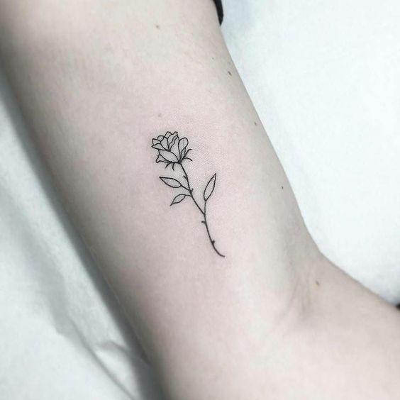 Tatuaje de flor simple en el brazo