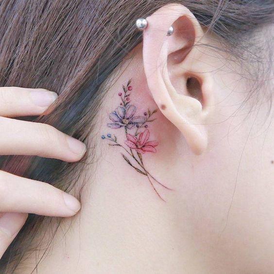 Tatuaje de flor en la nuca