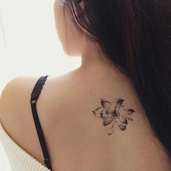 Una flor negra tatuada en la espalda