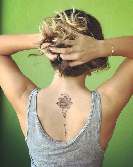 Una flor mediana tatuada en la espalda