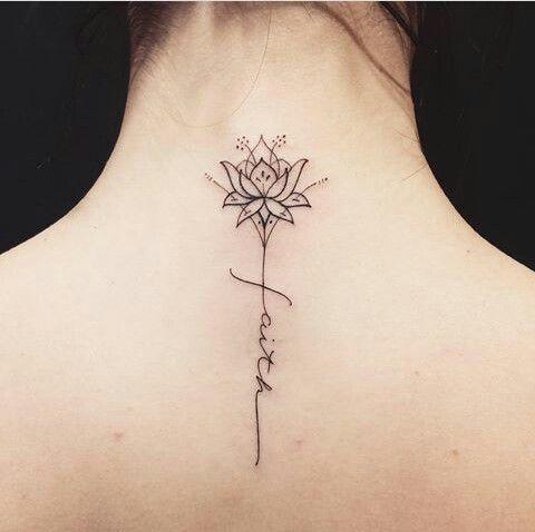 flor con tallo de frase tatuada en la espalda