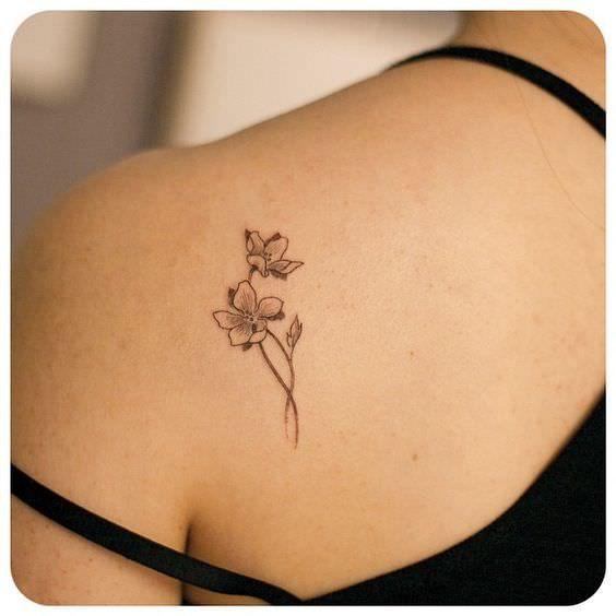 Una mujer con flores tatuadas en su espalda