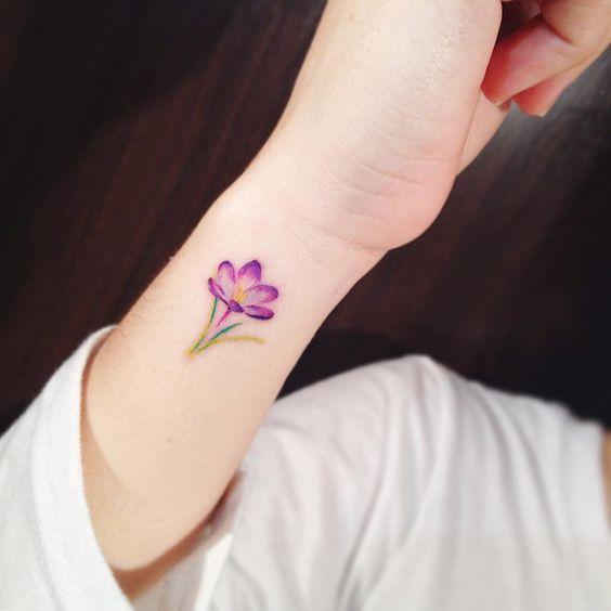 Flor de loto tatuada en la mano