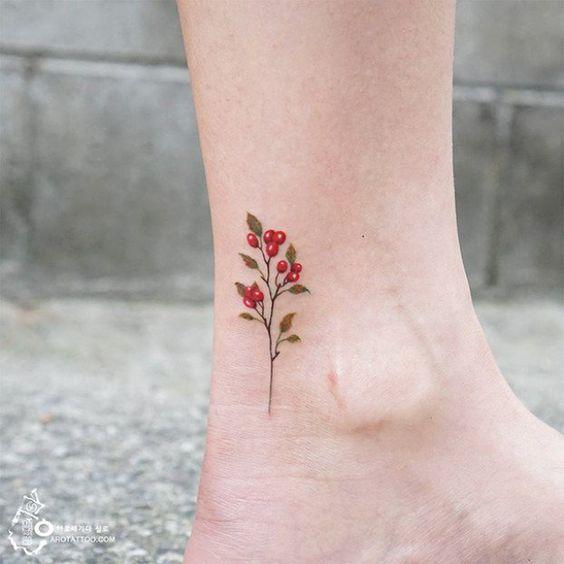 tatuaje de flores rojas en el pie