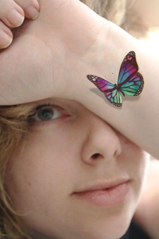 Mariposa en 3d tatuada en la muñeca