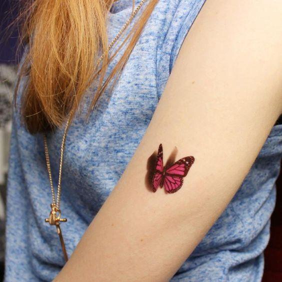 mariposa en 3d de color rojo tatuada en el brazo