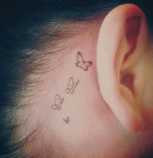 Diseños sutiles de tatuajes de mariposas detrás de la oreja
