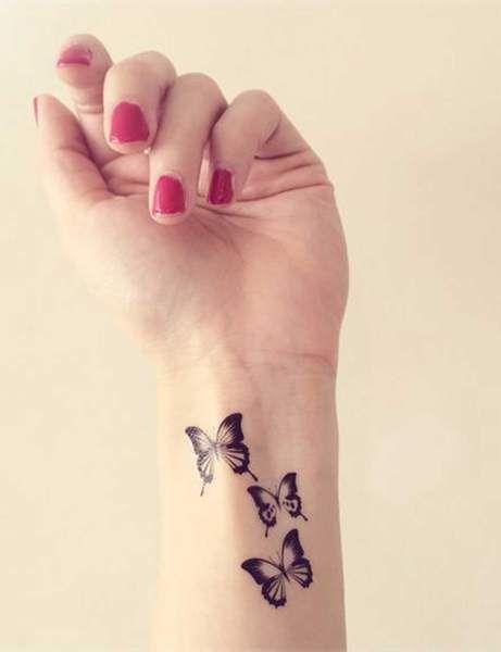 joven mujer con tres mariposas tatuadas en el brazo