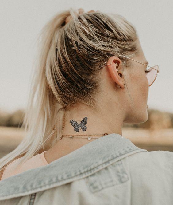 Tatuaje de mariposa en el cuello