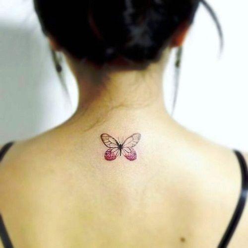 mariposa transparente tatuada en la espalda