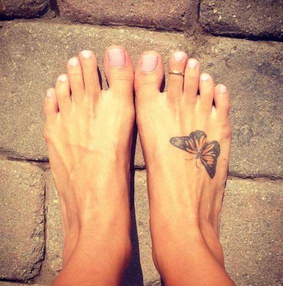 Mariposa monarca grande tatuada en el pie