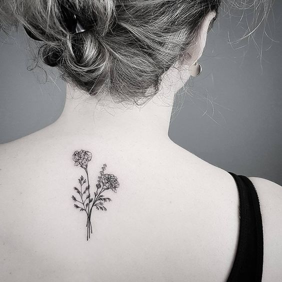 Tatuaje de ramos de rosas en la espalda