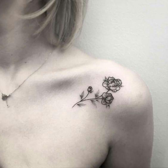 Tatuaje de rosa negra en el hombro