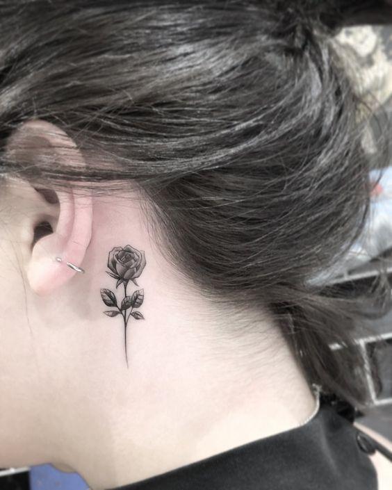 Una rosa tatuada detrás de la oreja