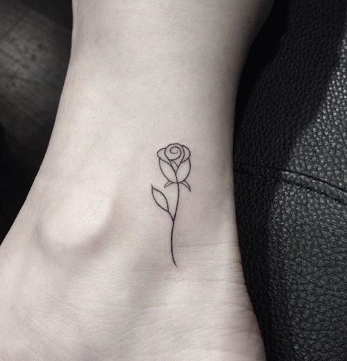 Tatuaje de una rosa simple en el pie