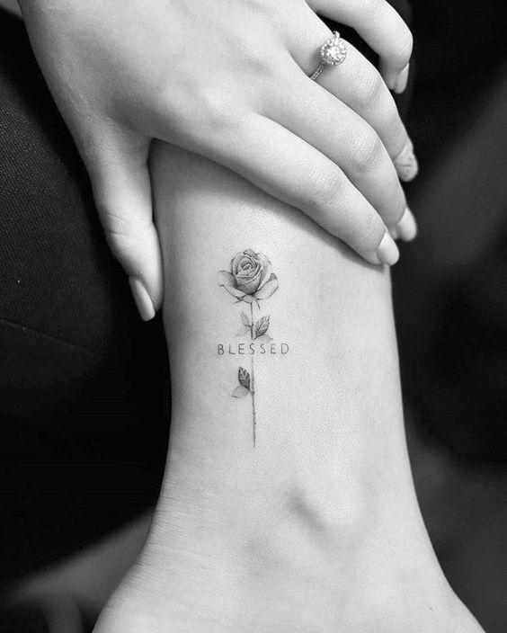 Rosa sutil tatuada en la pierna