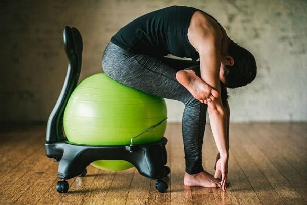 aliviar el dolor muscular doblarte hacia adelante